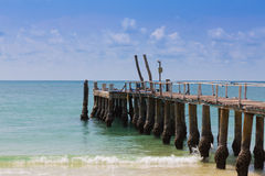Połowu jetty nad seacoast linią horyzontu, naturalny krajobrazowy tło Zdjęcie Stock