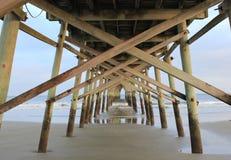 Połowu molo na zmierzch plaży zdjęcie royalty free