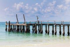 Połowu molo nad naturalną plażową linią horyzontu, naturalny krajobrazowy linii horyzontu tło Obrazy Stock