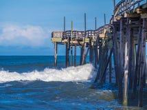 Połowu molo przy piaskowatą plażą obraz royalty free