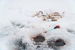 Połowu prącie dla połowu, miarki, dziur i ryby na lodzie zimy, zdjęcia stock