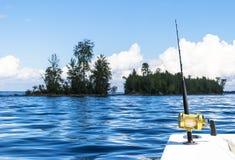 Połowu prącie w saltwater intymnej motorowej łodzi podczas rybołówstwo dnia w błękitnym oceanie Pomyślny połowu pojęcie obraz stock