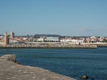 Połowu schronienie Povoa De Varzim, Portugalia, przeglądać od falochronu, z miastem w tle zdjęcie stock