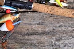 Połowu sprzęt na drewnianym stole Zdjęcia Stock