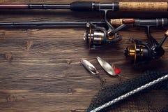Połowu sprzęt - połowu przędzalnictwo, haczy i wabije na drewnianym bac fotografia stock