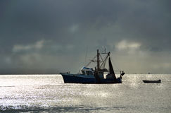 Połowu trawlera łódź w schronienie burzowym zmierzchu Zdjęcie Royalty Free