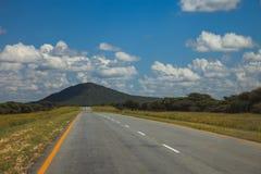 Południe - afrykańska droga przez pustyni z ocechowaniem i sawann Fotografia Royalty Free