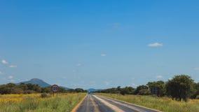 Południe - afrykańska droga przez pustyni z ocechowaniem i sawann Fotografia Stock