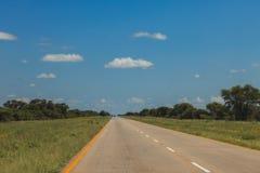 Południe - afrykańska droga przez pustyni z ocechowaniem i sawann Obrazy Stock