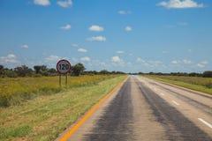 Południe - afrykańska droga przez pustyni z ocechowaniem i sawann Zdjęcia Stock