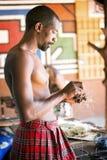 Południe - afrykański Plemienny członek Robi rzemiosłom Obraz Royalty Free