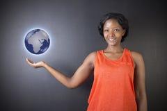 Południe - afrykanin lub amerykanin afrykańskiego pochodzenia kobieta nauczyciel lub ucznia mienia światu ziemi kula ziemska Zdjęcie Royalty Free