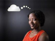 Południe - afrykanin lub amerykanin afrykańskiego pochodzenia kobieta ucznia lub nauczyciela główkowania chmura Obraz Stock
