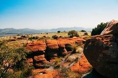 Południe - afrykanina Magaliesberg plateau na słonecznym dniu, czerwieni skały Zdjęcie Stock