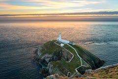 Południe sterty latarnia morska na Świętej wyspie w Walia przy zmierzchem Zdjęcie Stock