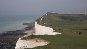 Południe Zestrzela park narodowy brzegową ścieżkę między Beachy Kierowniczym Wschodni Sussex z ludźmi chodzić i Siedem siostrami zbiory wideo