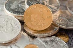 Południowa Afryka Złocista moneta Kugurand z USA srebra Eagle monetami Obrazy Royalty Free