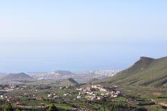 Południowa część Tenerife wyspa z małymi wioskami przy halnymi skłonami i Lasu Ameryki miastem na Atlantyk wybrzeżu, widok z lotu Obrazy Stock