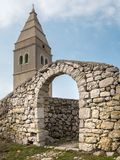 Południowa miasto brama i kościół Lubenice na słonecznym dniu w wiośnie Zdjęcie Stock