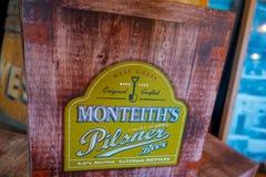 POŁUDNIOWA wyspa, NOWY CC$ZEALAND MAY 25, 2017: Drewniany znak wejście nowożytna piwna fabryka, monteiths piwna fabryka, południe Obraz Royalty Free
