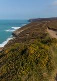Południowa zachodnie wybrzeże ścieżka blisko Porthtowan Agnes Cornwall Anglia i St Obraz Royalty Free