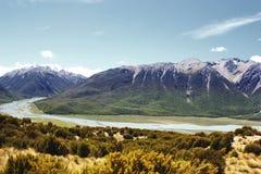 Południowi Alps i Waimakariri rzeka blisko Arthur przepustki, fotografia stock