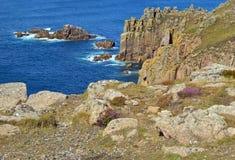 Południowi zachodni nabrzeżni ścieżka widoki dalej od ziemi Kończą Sennen zatoczka, Cornwall, Anglia fotografia royalty free