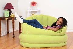 Południowo Afrykański dziecko target77_0_ w zielonym krześle zdjęcie stock