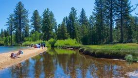 Południowy Jeziorny Tahoe Kalifornia, Sierpień, - 2017: Ludzie bawić się na plaży na Południowym Jeziornym Tahoe w Kalifornia Zdjęcia Stock