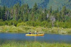 Południowy Jeziorny Tahoe Kalifornia, Sierpień, - 2017: Mężczyzna kayaking na jeziorze w Południowym Jeziornym Tahoe, Kalifornia Fotografia Stock