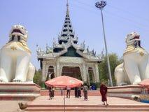 Południowy wejście Mandalay wzgórze z dwa gigantów Chinthe opiekunem obrazy stock