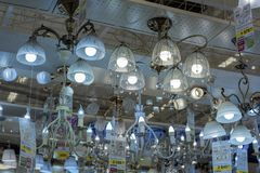 Połysk i lampy eksponujący w sklepie dla sprzedaży Zdjęcie Royalty Free