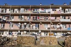 Pościel suszy na balkonie w budynku mieszkalnym i blisko jarda jest łupka Mała górska wioska blisko miasta półdupki fotografia royalty free