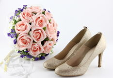 Poślubiać buty i bukiet kwiaty obraz royalty free