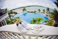 Poślubiać buty na basenu tle fotografia royalty free