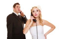 Poślubiać. Gniewny państwo młodzi opowiada na telefonie Obrazy Stock