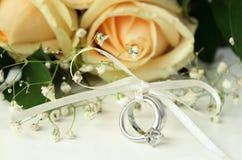 Poślubiać i pierścionki zaręczynowi Zdjęcie Royalty Free