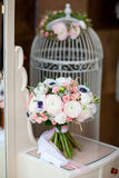 Poślubiać kwiatu bouqete blisko klatki Zdjęcie Stock