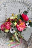 Poślubiać kwiatu bouqete na krześle Obrazy Royalty Free