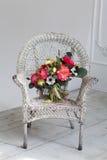 Poślubiać kwiatu bouqete na krześle Obrazy Stock