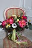 Poślubiać kwiatu bouqete na krześle Fotografia Royalty Free