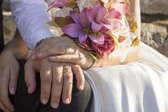 Poślubiać kwiatu bouquette w ręki państwie młodzi Obraz Royalty Free