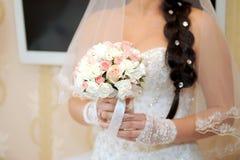 Poślubiać Kwitnie w pann młodych rękach zdjęcia stock