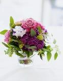 Poślubiać kwitnie w wazie na stole Obrazy Stock