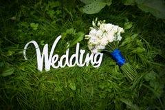 Poślubiać listy z białymi kwiatami na trawie Fotografia Royalty Free