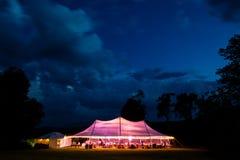 Poślubiać lub wydarzenia namiot po zmroku obraz royalty free