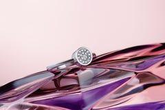 Poślubiać lub zobowiązania srebro dzwoni na purpurowym tle fotografia stock