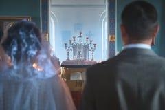 Poślubiać młodzi ludzie w kościół zdjęcia royalty free