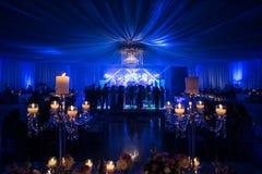 Poślubiać przy nocy iluminacion i dekoracją Fotografia Royalty Free