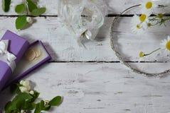 Poślubiać robić lista odgórnemu widokowi Teraźniejszość pudełka, kalendarz dla małżeństwa planowania i różnorodny bridal materiał zdjęcia royalty free
